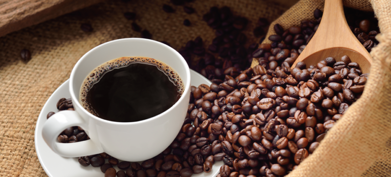 en kop kaffe og kaffebønner